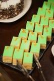 Сладкие десерты, печенья на таблице во время события Поставляя еду обслуживать гостей и участников во время массовых событий стоковая фотография