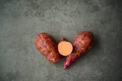 Сладкие картофели на серой поверхности стоковое изображение rf