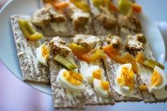Сладкие перцы, яйцо, тост, испеченный цыпленок стоковые изображения