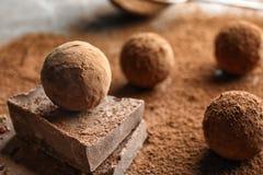 Сладкие сырцовые трюфеля шоколада напудренные с какао стоковые изображения rf
