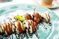 Сладкий десерт на большой голубой плите стоковое изображение