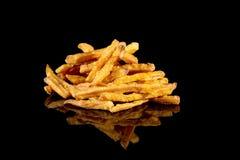 Сладкий картофель жарит с отражением изолированный на черной предпосылке Стоковое Фото