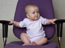 Сладкий младенец сидит на стуле офиса стоковые фото