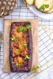 Сладкий самодельный пирог с ба ананаса и карамельки на завтрак стоковое изображение rf