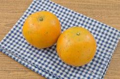 2 сладкого апельсина на деревянном столе Стоковые Изображения