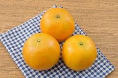 3 сладкого апельсина на деревянном столе Стоковое Изображение
