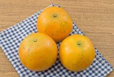 3 сладкого апельсина на деревянном столе Стоковые Фото