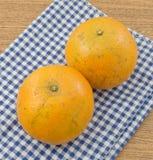 2 сладкого апельсина на деревянном столе Стоковое Изображение RF