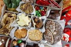 Сладкое рождество: Концепция с печеньями и орнаментами стоковые изображения rf