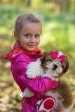Сладостная девушка держит малое tzu shih щенка Стоковые Изображения RF