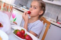 Сладостная девушка ест клубники Стоковое Фото