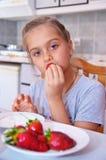 Сладостная девушка ест клубники Стоковое фото RF