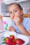 Сладостная девушка ест клубники Стоковое Изображение