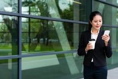 Сладостная девушка работника офиса держа горячую кофейную чашку Стоковая Фотография