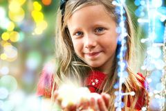 Сладостная девушка среди светов рождества. Стоковые Фотографии RF
