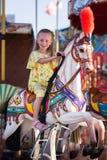 Сладостная езда девушки на качании Стоковые Фотографии RF