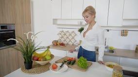 Сладостная женщина держит плиты в руках и проверяет свежесть сваренный Стоковое Изображение