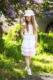 Сладостная красивая 7-ти летняя девушка представляя на солнечный летний день Стоковая Фотография RF