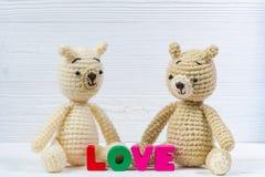 Сладостная кукла плюшевого медвежонка пар влюбленн в текст влюбленности и красный knit Стоковое Изображение RF