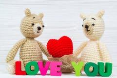 Сладостная кукла плюшевого медвежонка пар влюбленн в текст влюбленности и красный knit Стоковое фото RF