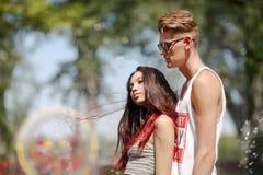 Сладостная пара красивой девушки с привлекательным товарищеским датировка в парке на естественной запачканной предпосылке стоковое фото