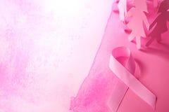 Сладостная розовая форма ленты с куклой бумаги девушки на розовом backgro стоковые изображения rf