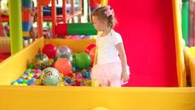 Сладостная скромная маленькая девочка играя в игровом центре видеоматериал