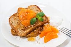 Сладостная французская здравица с вареньем и tangerines на плите Стоковые Изображения