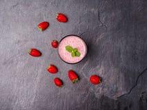 Сладостное свежее jogurt клубник в стекле на серой предпосылке оливка масла кухни еды принципиальной схемы шеф-повара свежая над  Стоковые Изображения RF