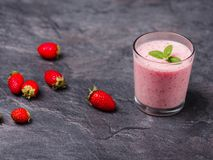 Сладостное свежее jogurt клубник в стекле на серой предпосылке оливка масла кухни еды принципиальной схемы шеф-повара свежая над  Стоковые Фотографии RF