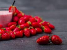 Сладостное свежее jogurt клубник в стекле на серой предпосылке оливка масла кухни еды принципиальной схемы шеф-повара свежая над  Стоковое Изображение RF