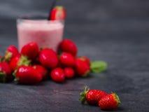 Сладостное свежее jogurt клубник в стекле на серой предпосылке оливка масла кухни еды принципиальной схемы шеф-повара свежая над  Стоковая Фотография