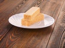 Сладостные бельгийские waffles для завтрака, на деревянной плите Стоковые Изображения