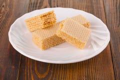 Сладостные бельгийские waffles для завтрака, на деревянном столе Стоковое Изображение RF