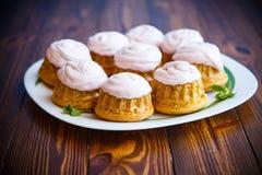 Сладостные булочки с сливк ягоды Стоковые Изображения RF