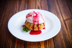 Сладостные булочки с сливк ягоды Стоковые Фотографии RF