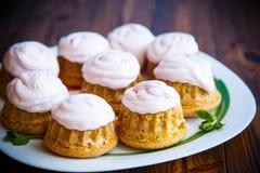 Сладостные булочки с сливк ягоды Стоковые Изображения