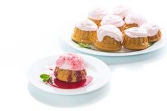 Сладостные булочки с сливк ягоды Стоковое Фото