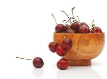 Сладостные вишни в деревянной чашке Стоковые Фото