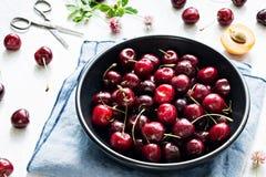 Сладостные вишни в шаре на белой предпосылке Стоковое Изображение