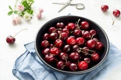 Сладостные вишни в шаре на белой предпосылке Стоковая Фотография RF