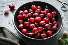 Сладостные вишни в шаре на темной предпосылке Стоковые Фотографии RF