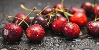 Сладостные вишни с падениями росы Стоковые Изображения
