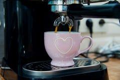 Сладостные выходные утра дома - близкие вверх эспрессо машины кофе лить с мягкой предпосылкой стоковые фотографии rf