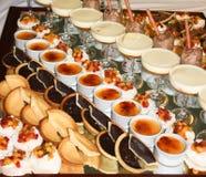 Сладостные десерты включая pavlova, мусс шоколада Стоковые Фотографии RF