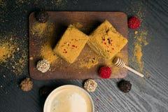 Сладостные домодельные торт меда и truffeles с кофе в чашке фарфора Стоковое Фото