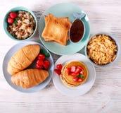 Сладостные завтраки на таблице стоковая фотография