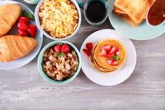 Сладостные завтраки на таблице стоковая фотография rf