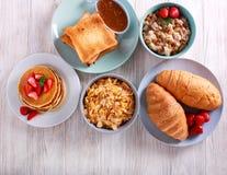 Сладостные завтраки на таблице стоковые фото