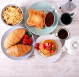 Сладостные завтраки на таблице стоковое фото rf